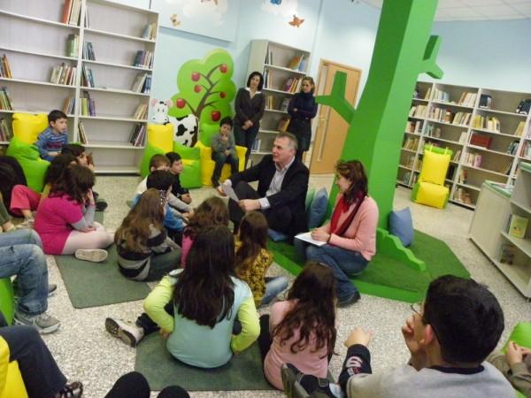Ο Α. Παχατουρίδης με  τους μικρούς μαθητές