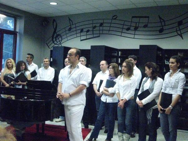 H χορωδία «Μουσική Αργώ» και ο Μαέστρος Π.  Γούσας