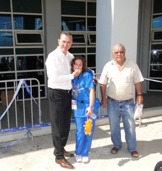 Ο Δήμαρχος Α. Παχατουρίδης επιβραβεύει την Περιστεριώτισσα αθλήτρια Β. Καλλιοντζή με ένα ζεστό χάδι