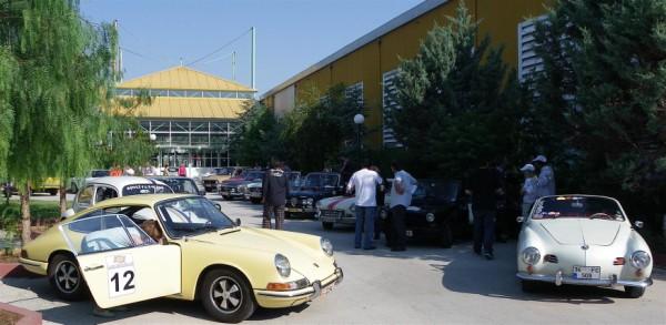 Το πάρκινγκ του Εκθεσιακού Κέντρου με τα ιστορικά αυτοκίνητα