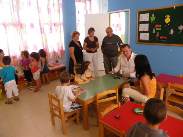 Ο Δήμαρχος με τα παιδιά και βρεφονηπιακόμους