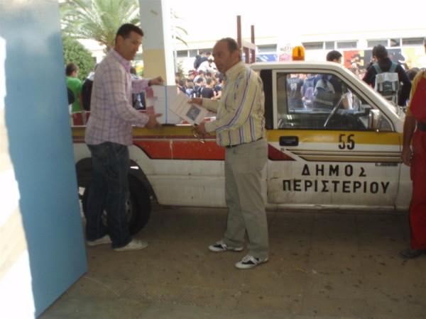 Στο φορτηγάκι του Δήμου οι κ.κ. Β. Μπέτσης και Ν. Κασουρίδης
