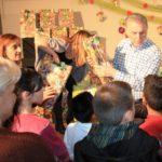 Πασχαλινά δώρα και λαμπάδες σε 550 παιδιά μοίρασε ο Δήμος Περιστερίου