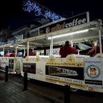 Το εορταστικό τρενάκι με επιβάτες τους μουσικούς της Φιλαρμονικής Ορχήστρας Δήμου Περιστερίου